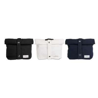 Eco lunch bag in washable and breathable canvas. Designed in Denmark, ethically made in India from 100% GOTS certified organic cotton. An sustainable alternative to plastic. Available in 3 colours (black, dark blue, white) 30 x 39 x 12cm